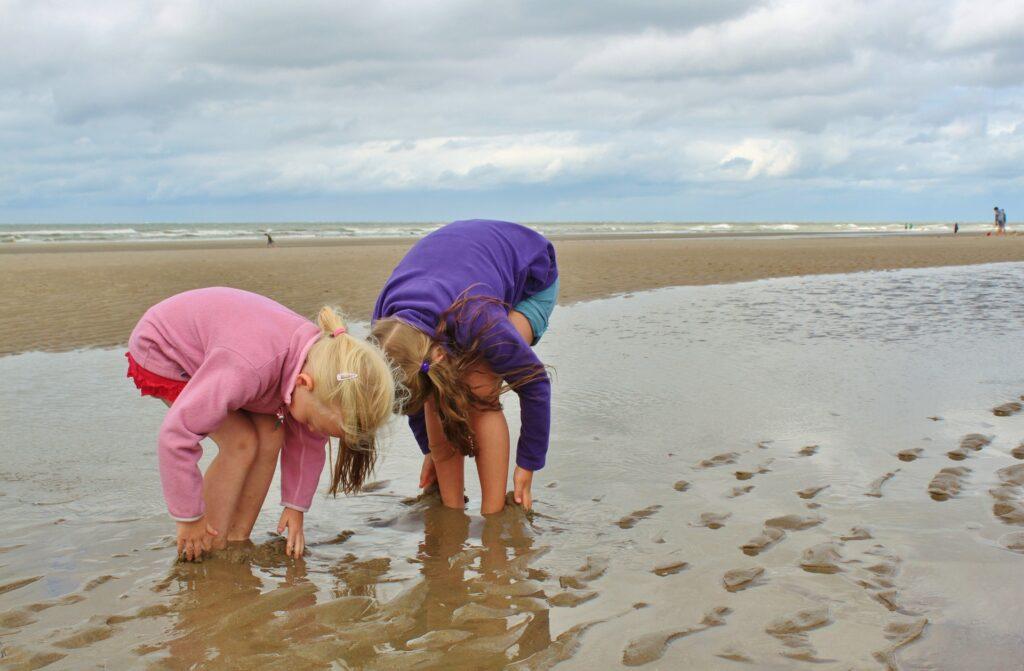 Zwei Kinder im Sand auf Sylt