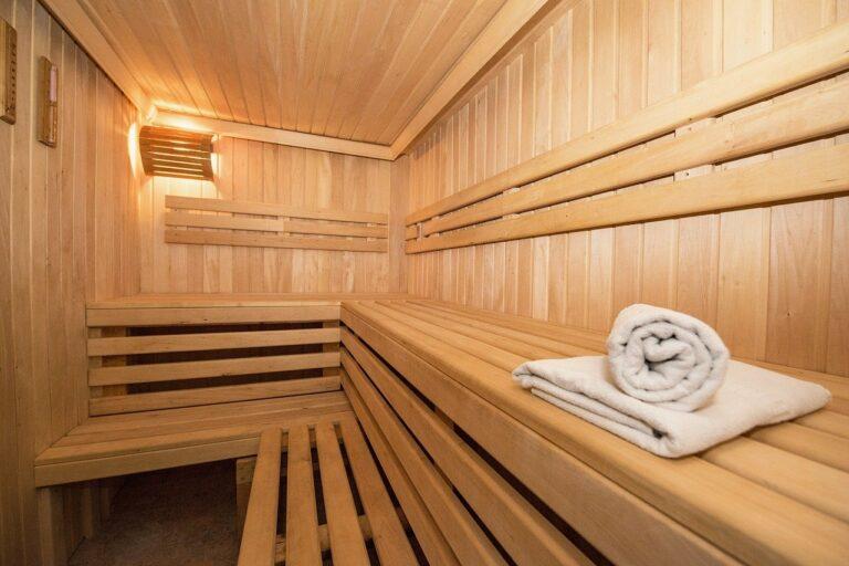 Holzsauna mit Handtüchern